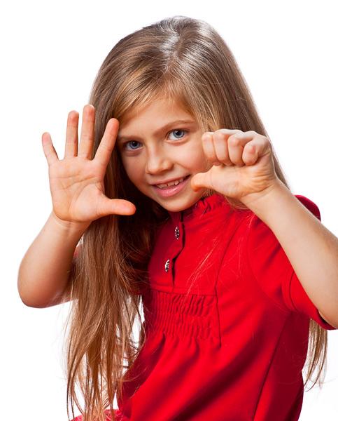 Красивые девочки показывают своими руками 932
