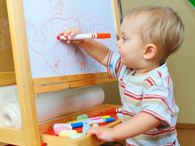 Рисуют годовалый ребёнок