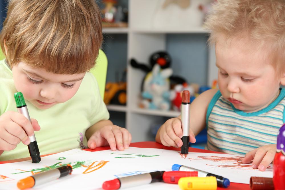 С какого возраста ребенка учат рисовать