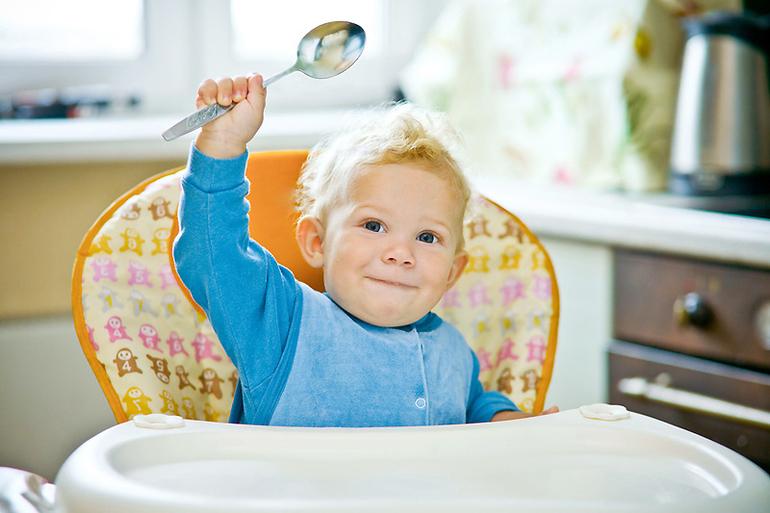 Как правильно научать ребенка самому есть
